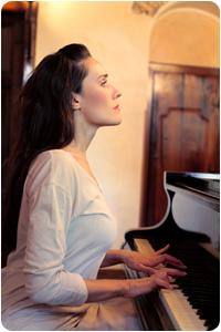 Une femme jouant du piano avec la méthode Colin