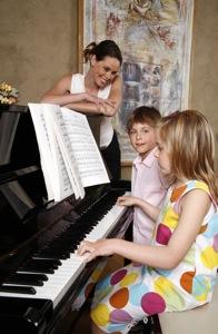 Des enfants jouant du piano