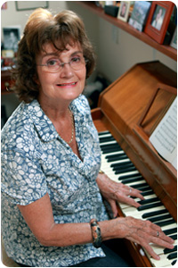 Une senior jouant du piano